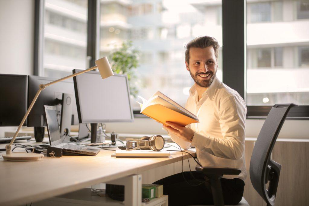 Mitarbeiter, Büro, Körperhaltung, Ergonomie am Arbeitsplatz, Mitarbeiterzufriedenheit, Feel Good Manager