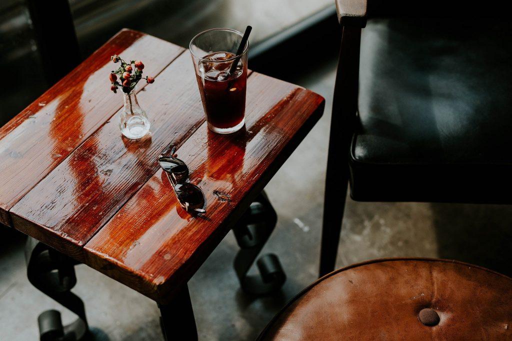 Sommer im Büro, kühles Getränk, Sonnenbrille, Hitze im Office